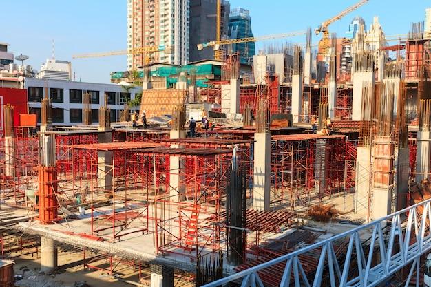 Robotnicy pracujący na nowoczesnym placu budowy działa w bangkoku w tajlandii.