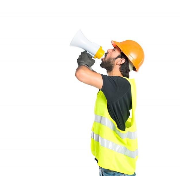 Robotnik krzyczy na pojedyncze białe tło