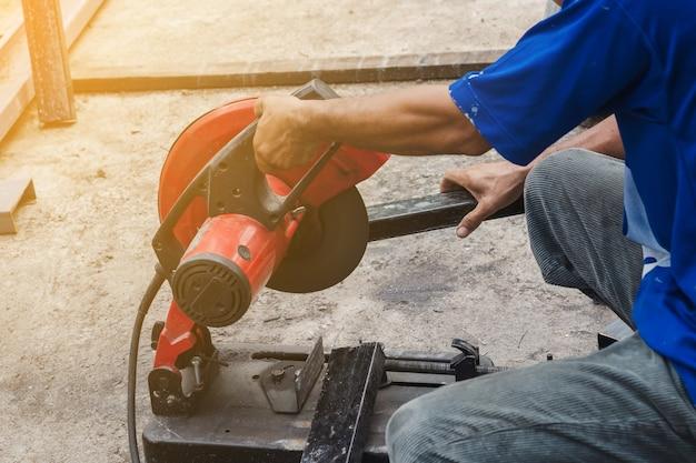 Robotnik tnie stal okrągłym nożem do stali.