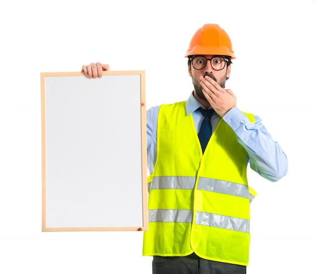 Robotnik trzyma puste plakietkę