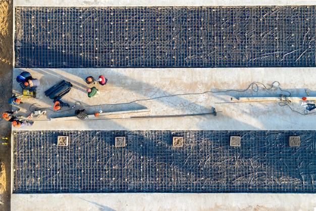 Roboty budowlane. układanie fundamentów betonowych widok z lotu ptaka.