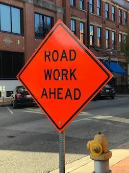 Roboty drogowe z wyprzedzeniem znak budowy na ulicy
