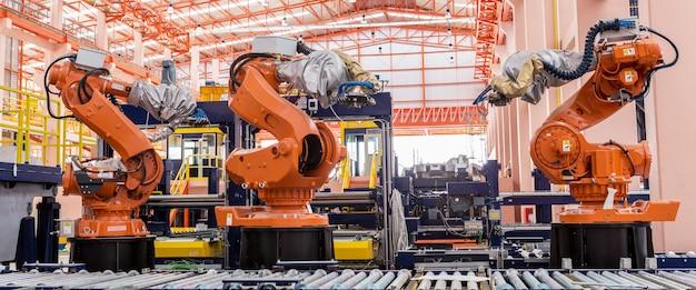 Roboty spawalnicze w fabryce produkującej samochody