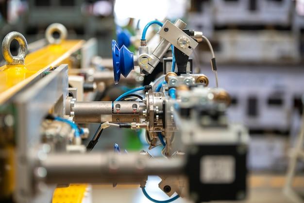 Robotyczne sztuczne zautomatyzowane wytwarzanie inteligentnego robota z ekranem dotykowym bezprzewodowego tabletu.