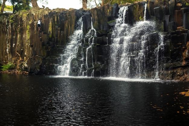 Rochester falls na wyspie mauritius. wodospad w dżungli tropikalnej wyspy mauritius