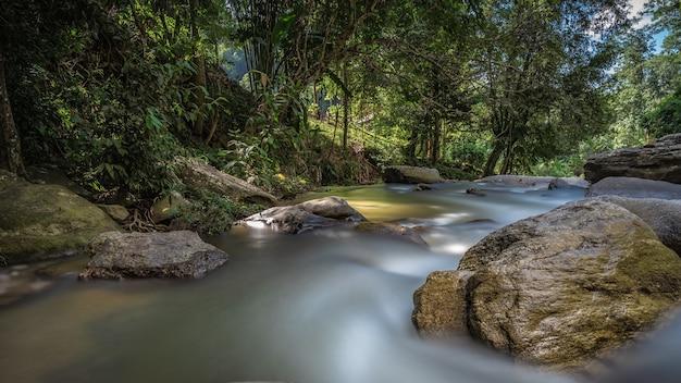 Rock creek rzeka strumień wodospad w naturalnym parku na zewnątrz