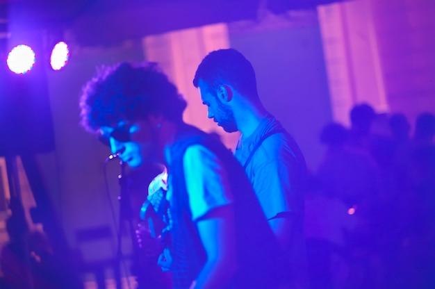 Rocker podczas nocnego występu w usa