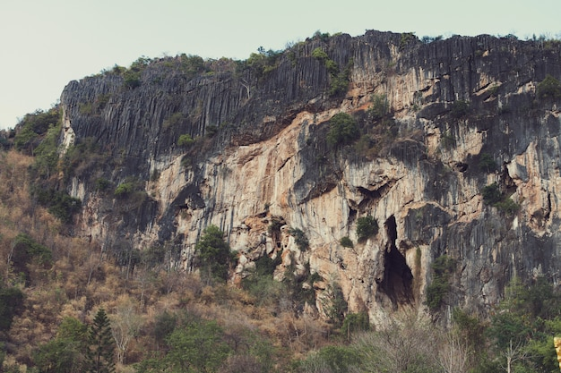 Rockowa góra z jamą