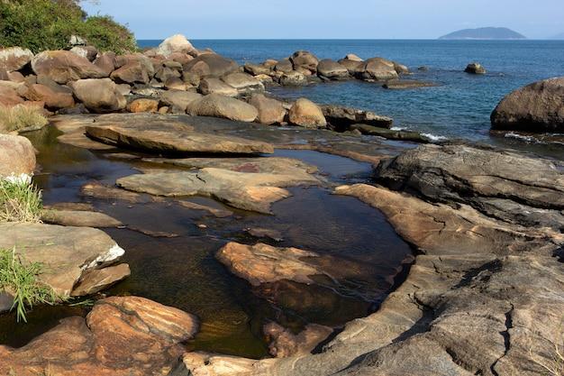Rockowa plaża w ilhabela, brazylia