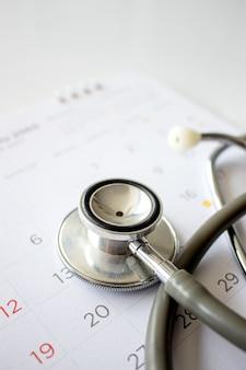 Roczna koncepcja sprawdzania. stetoskop w kalendarzu