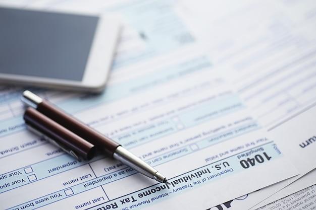 Roczna sprawozdawczość podatkowa. formularz podatkowy na stole. sprawozdania finansowe do podpisu.