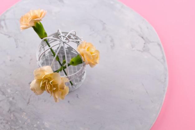 Rocznik dekoracyjna klatka z kwiatu różowym tłem