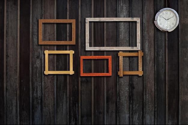 Rocznik fotografii ramy na drewno ścianie dla wnętrza lub tła.