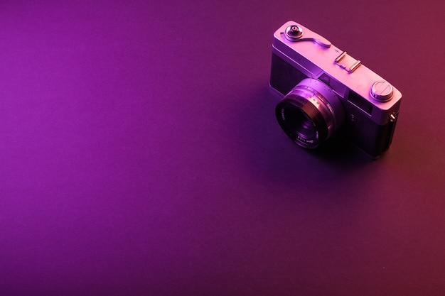 Rocznik kamera odizolowywa na czerni i purpurach zaświeca. tekst spacji