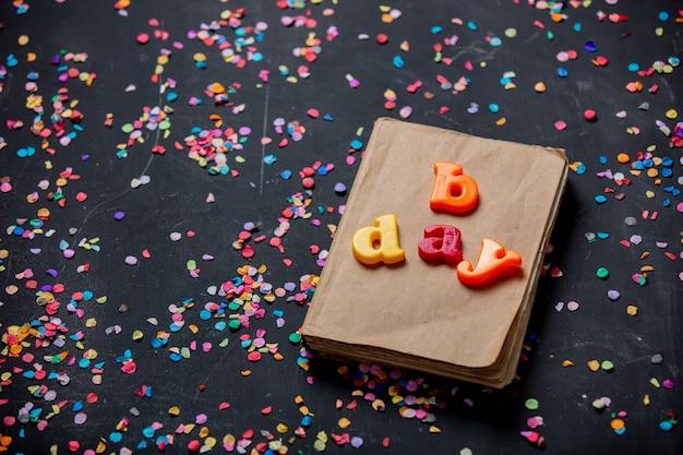 Rocznik książka i urodzinowi listy na stole