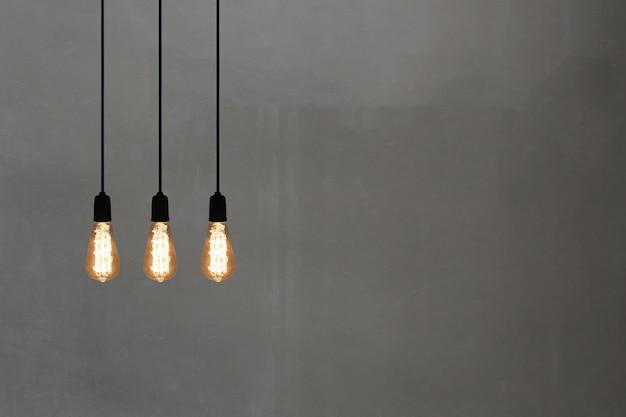 Rocznik lampy w restauraci na szarość izolują tło, pojęcie wnętrze z światłami.