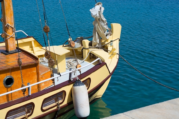 Rocznik łódź rybacka w schronieniu