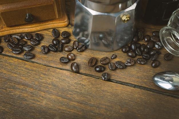 Rocznik prażalnik kawa na drewno stole.