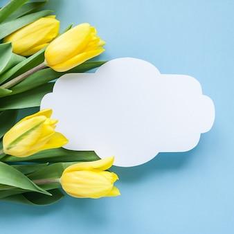 Rocznik rama i żółci tulipany na błękitnym tle