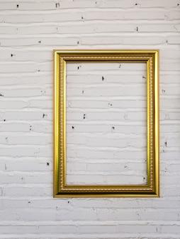 Rocznik ramy na białym ściana z cegieł. tło.