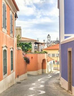 Rocznik wąska ulica w lisbon, portugalia.