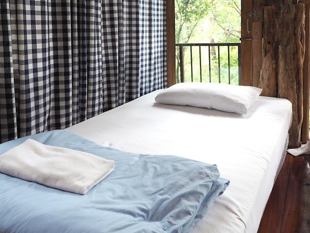 Rocznik wewnętrzna sypialnia przy drewnianym dom na wsi.