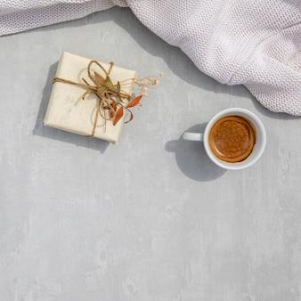 Rocznik zawijający prezent z filiżanką kawy