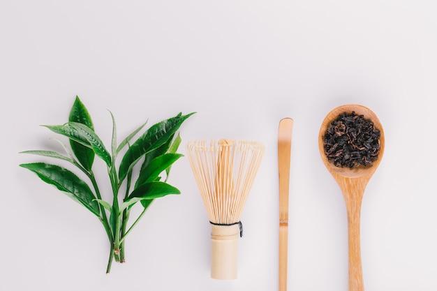 Rocznik zielonej herbaty liść odizolowywający na białym tle