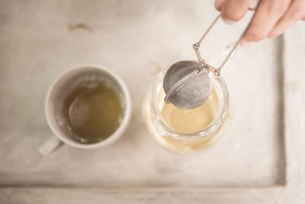 Rocznik zielonej herbaty zdrowa filiżanka z herbacianymi liśćmi