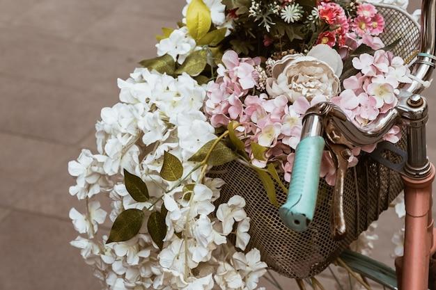 Rocznika bicykl z koszem i kwiatami na ulicie