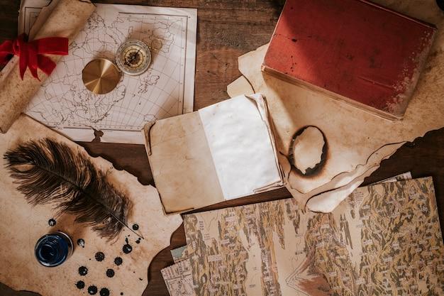 Rocznika biurka pojęcie z starą książką