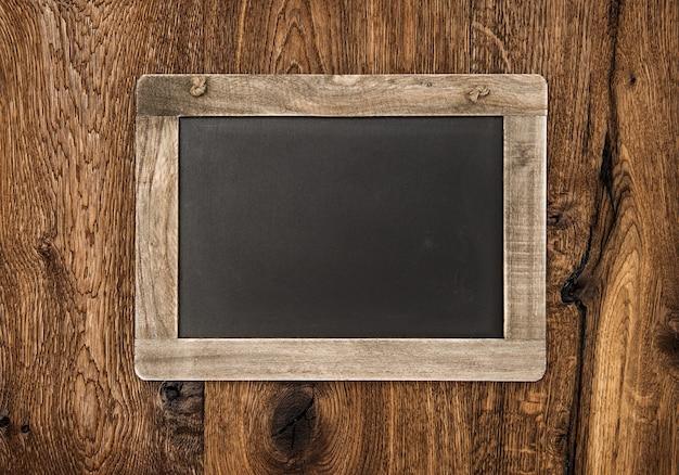 Rocznika blackboard na drewnianej ścianie