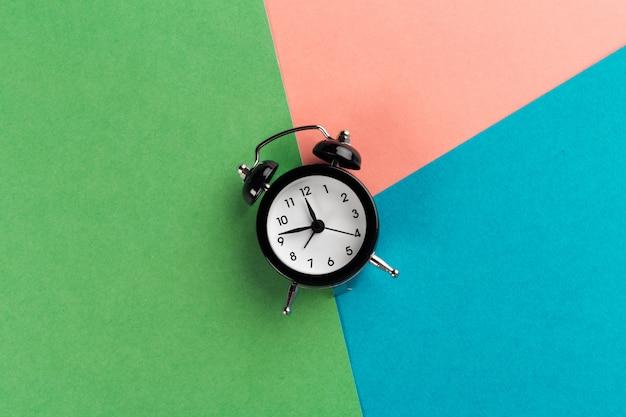 Rocznika czarny budzik na bloku koloru