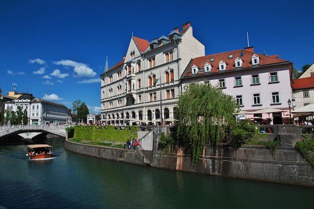 Rocznika dom na rzeka przodzie ljubljanica rzeka, ljubljana, slovenia