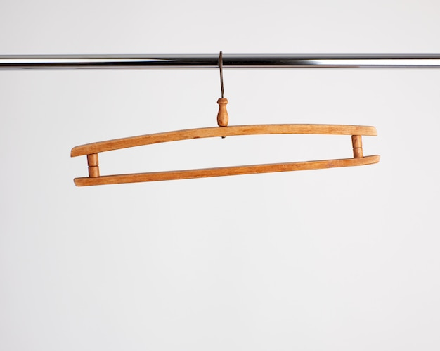 Rocznika drewniany wieszak wiesza na metalowej drymbie