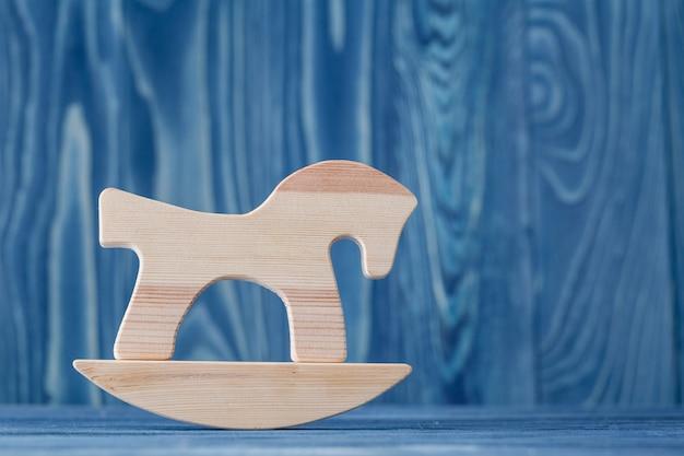 Rocznika koń na biegunach na drewnianej podłodze