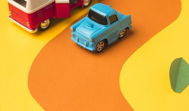 Rocznika miniaturowy samochód i autobus w modnym kolorze, pojęcie podróży