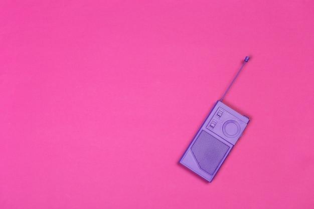 Rocznika radio na koloru tle.