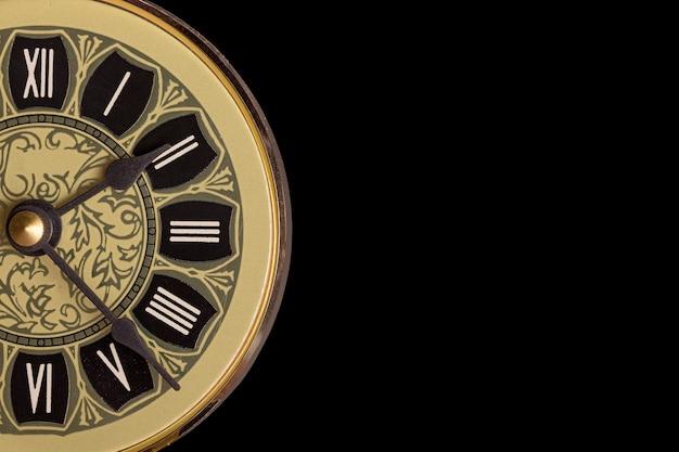 Rocznika spojrzenia zegaru zakończenie up na czarnym tle