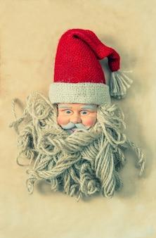 Rocznika świętego mikołaja. nostalgiczna dekoracja świąteczna. stonowany styl vintage. bez nazwy zabawki