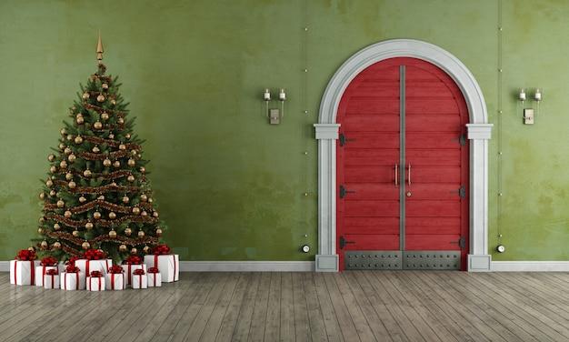 Rocznika wejście z starym fron drzwi i choinką