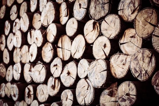 Rocznika woodpile ułożone dzienniki heap