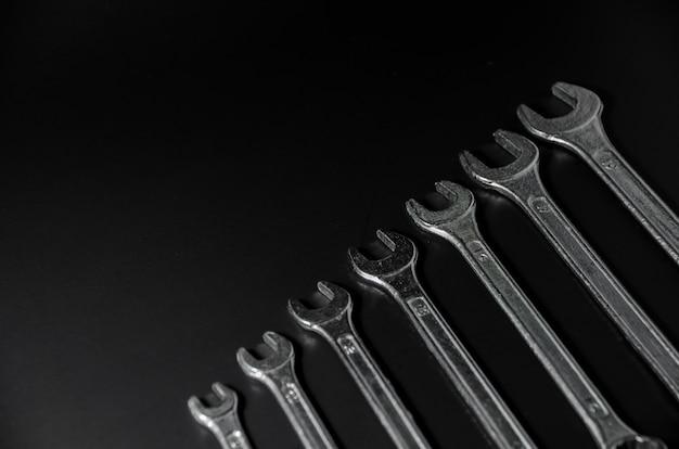 Rodzaj srebrnego klucza na czarnym tle