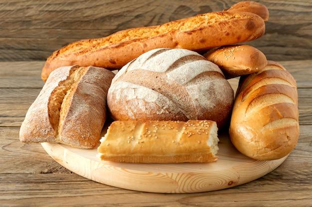 Rodzaje domowego chleba na rustykalnym drewnianym stole. domowe wypieki.