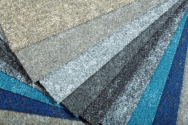 Rodzaje i próbki dywanów w różnych kolorach. dywany do pokoi, mieszkań i domów.