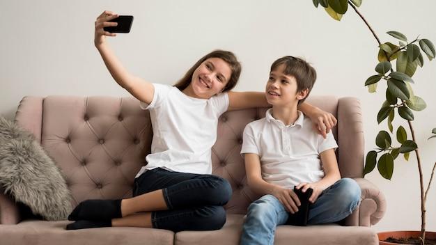 Rodzeństwo biorące selifie