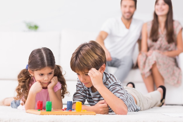Rodzeństwo gra planszowa na podłodze