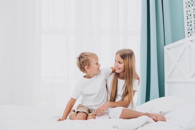 Rodzeństwo spędza czas razem w domu