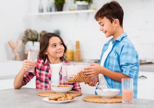 Rodzeństwo w domu, pomagając sobie wzajemnie