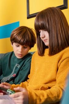 Rodzeństwo w domu za pomocą tabletu
